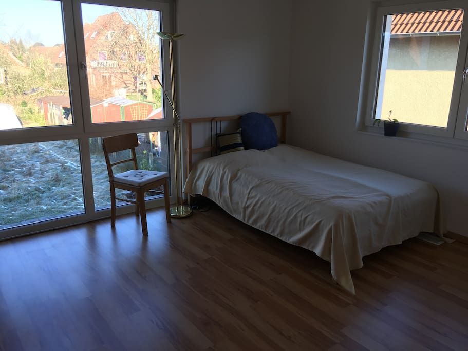 1. Gästezimmer; Doppelbett, Kommode und Kleiderschrank. Fenster mit elekt. Rollläden.