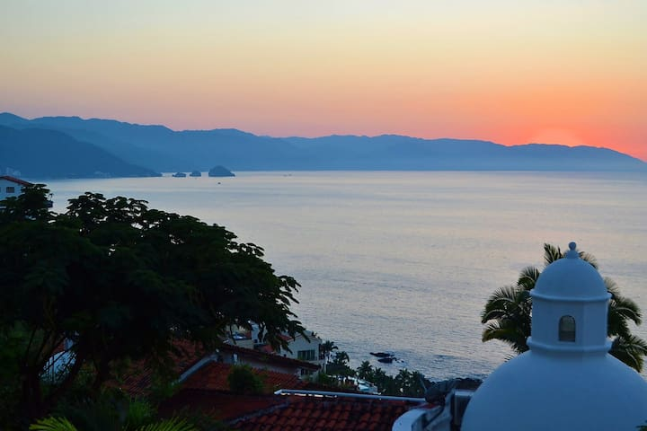Stunning Conchas Chinas Sunsets: Two Level Condo - Puerto Vallarta - อพาร์ทเมนท์