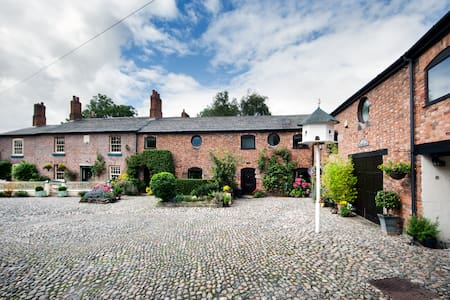 The Loft at The Courtyard Cheshire - barn sleeps 2 - Helsby, Frodsham