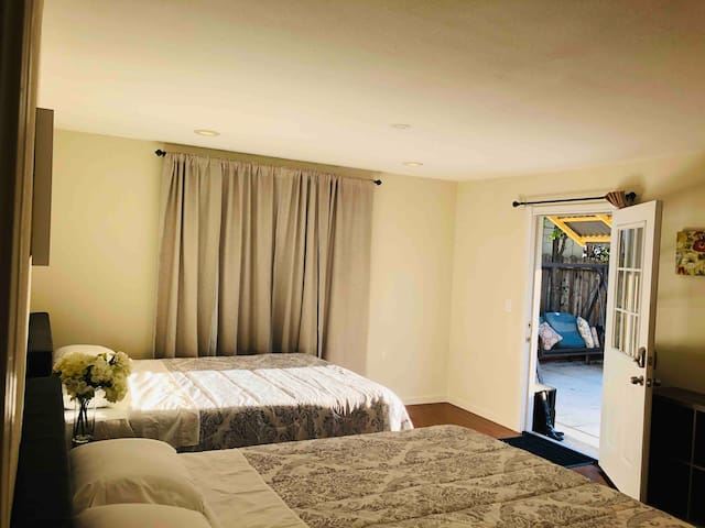 2 Queen beds  Private Bath & Private Entry