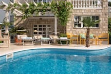 Couple's getaway *Pool* Close to center & Free Pkg