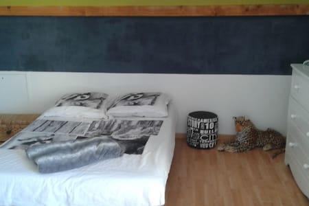chambre dans villa récente - House