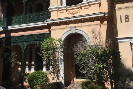 historical victoria mansion next to Sydney centre - Petersham - House