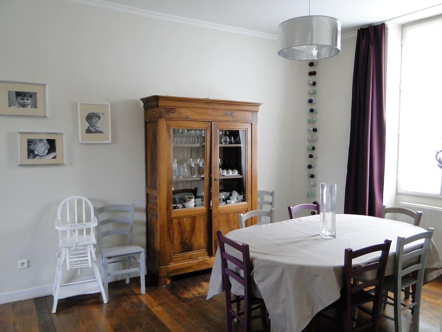 Salle à manger adossée sur une cuisine ouverte (le tout de 35 m²)