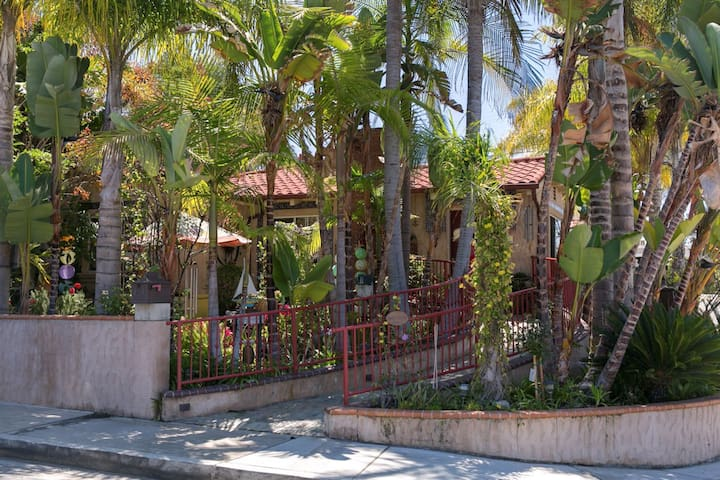 Downtown San Clemente:w/breakfast, jacuzzi & patio