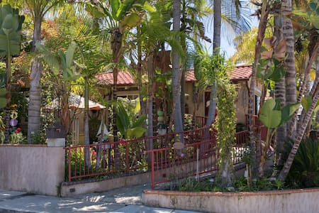 Always Inn-Palm Whisper Room w/ 5-course breakfast - San Clemente - Bed & Breakfast