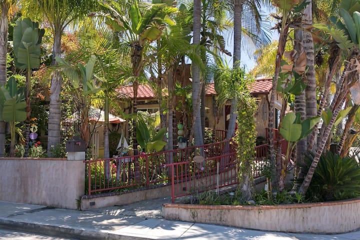 Downtown San Clemente:w/breakfast, jacuzzi & patio