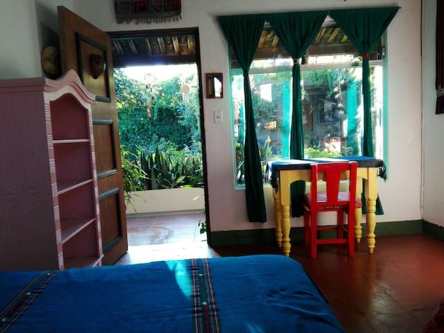 Habitación #2  con baño compartido. Caben hasta 3 camas. Vista hacia el jardín!.