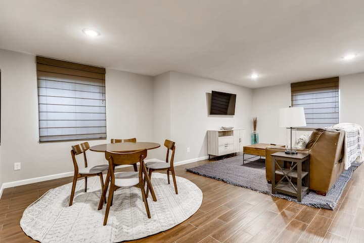 Newly renovated Aurora unit, incredible amenities
