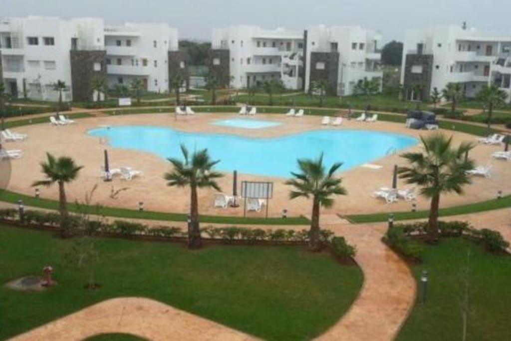 Résidence avec une grande piscine et une pataugeoire