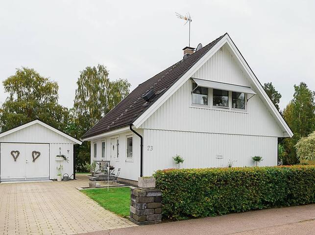 Forside af huset med garage