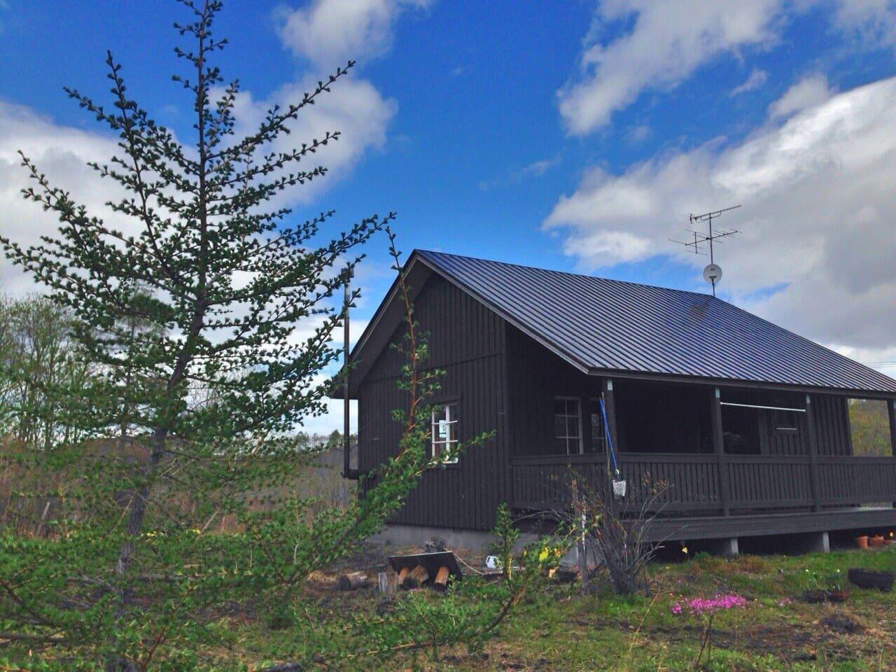北欧風深緑のキャビン、テラス付き、2000坪の庭付