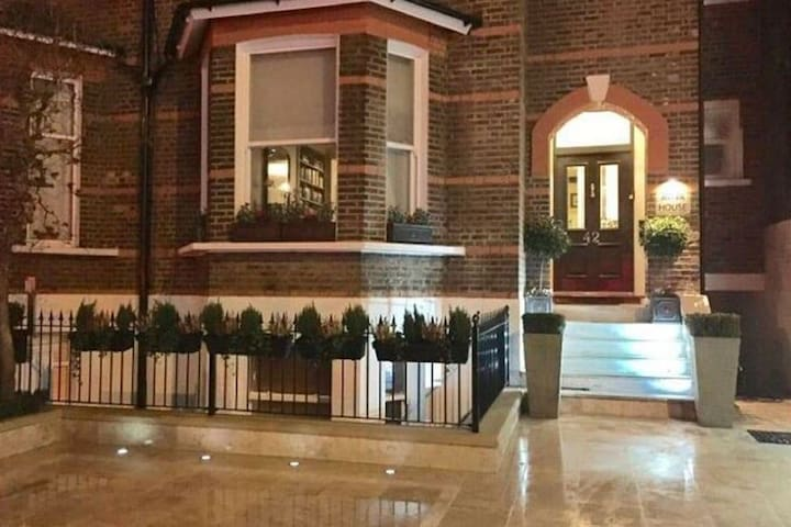 Simplistic Apartment in London near Buckingham Palace