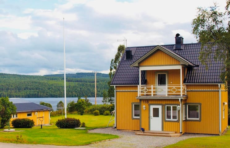 Cute Yellow house by the lake Holmsjön