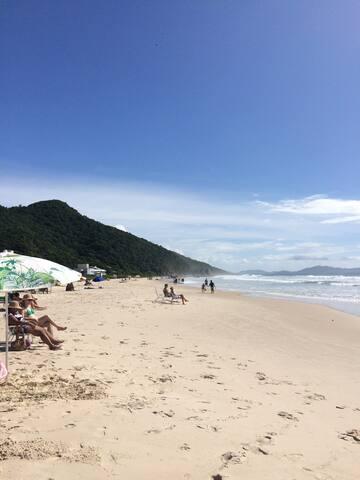 Lindo apto na Praia de Palmas - churrasq/garagem