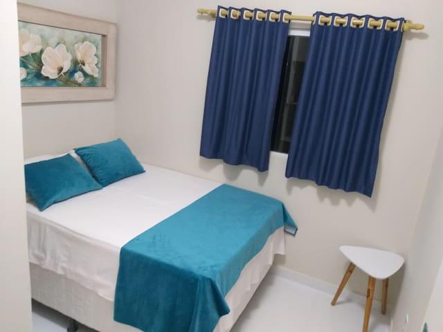 Quarto cama box de casal com ar condicionado!