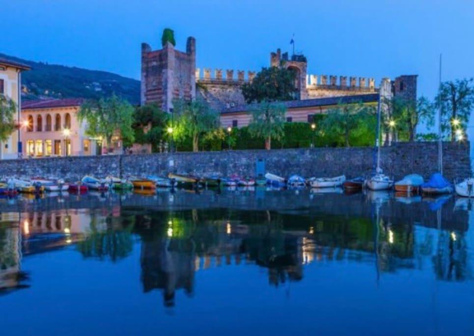 Il porto di Torri del Benaco con il suo castello scaligero.