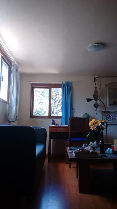 Mesa de trabalho, mesa de centro e sofá. Excelente para trocar uma ideia e relaxar.