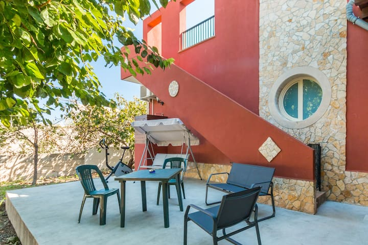 Mulberrie's house  (sandy beach, parking &  wifi)