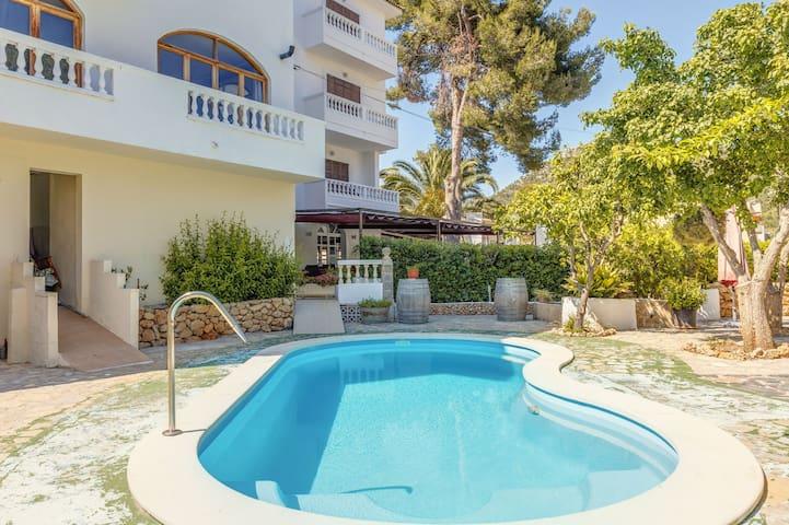 Geräumige Ferienwohnung La Cabanya mit 1 Schlafzimmer, WLAN, Balkon, Terrasse und Gemeinschaftspool; Straßenparkplätze vorhanden