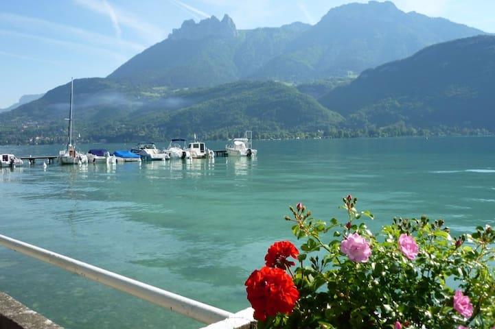 Balcon face au lac et montagnes, avec plage privée