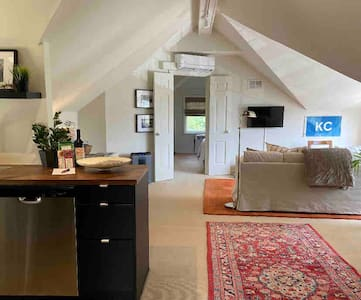 Steps from the Museums & Plaza! Carriage House