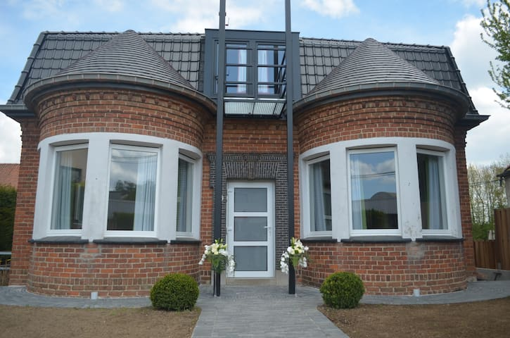 the great house of Arlette Mouscron - Moeskroen - Blockhütte