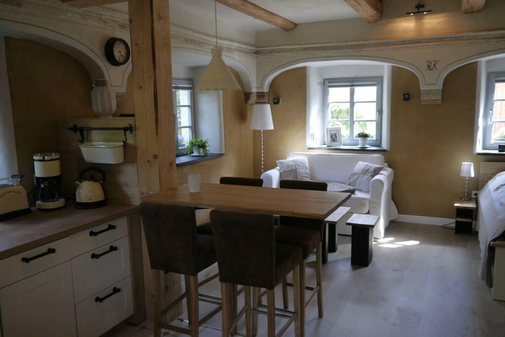 Blick Küche zum Wohnbereich