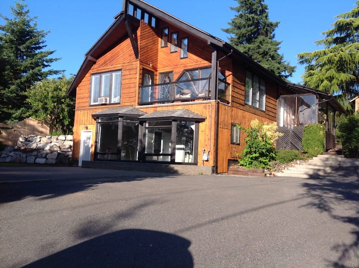 Stylish, renovated, bright, chalet home