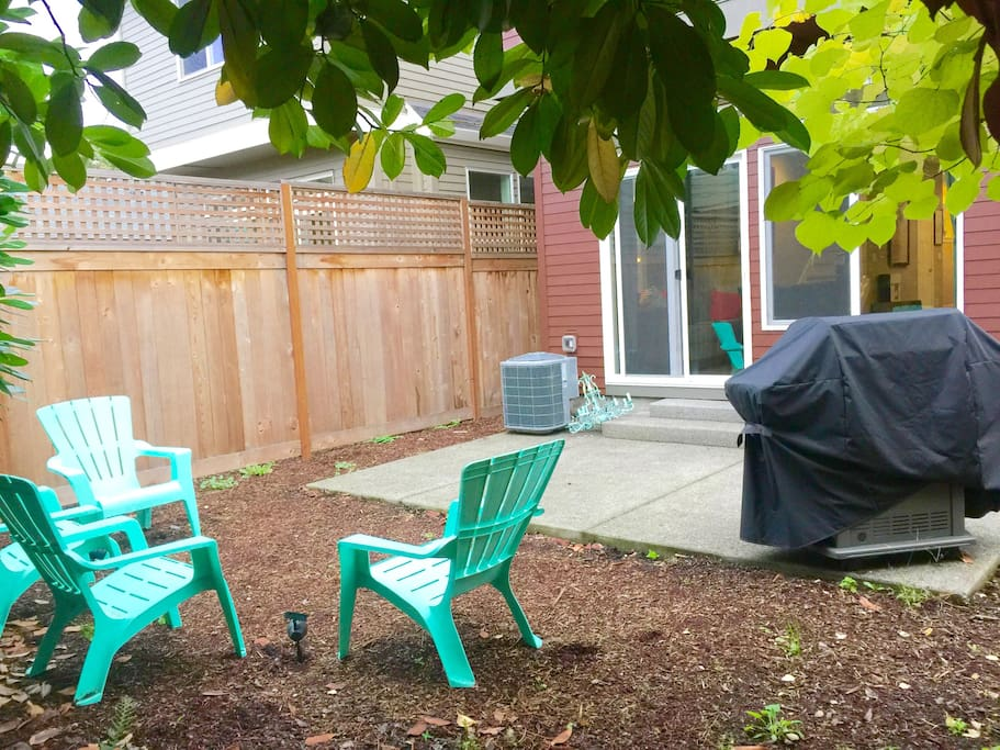 Picturesque backyard with a new BBQ and 6 chairs for comfortable lounging!