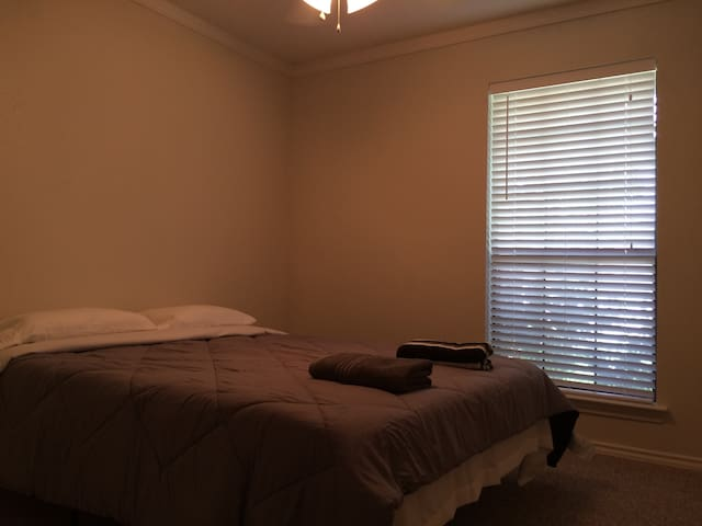 Simple & Clean Room In Quiet Neighborhood: Room B - Dallas - Casa