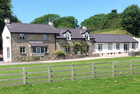 Ty Bach Twt - luxury stay in a quiet location