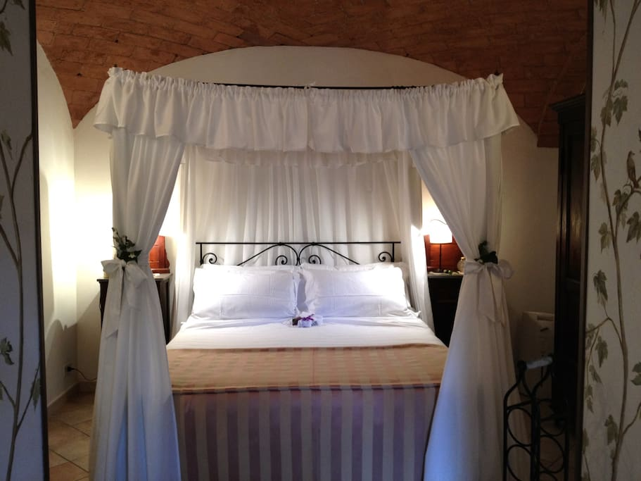 The beautiful four-poster bed of Il Nido