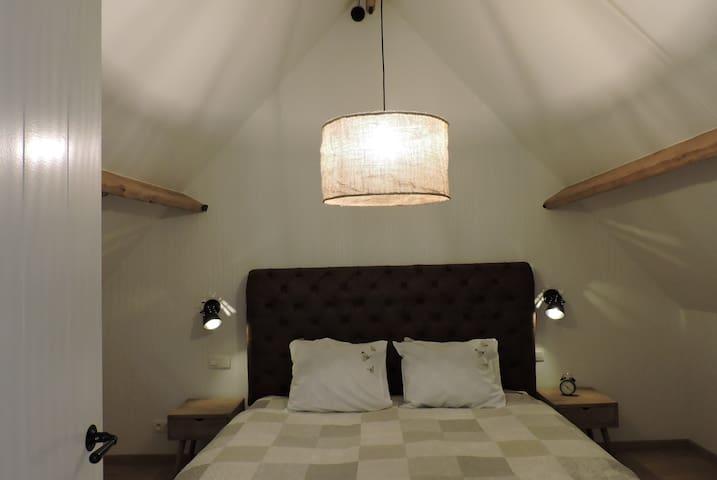 kamer 2: kingsize bed met wastafel