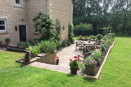 Cotswold - Butterfly Views - Bed & Breakfast
