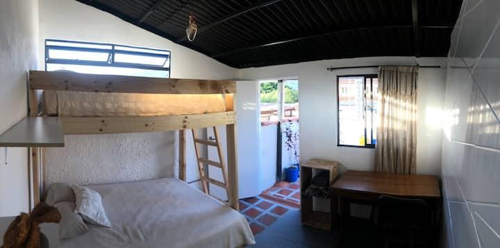 Hermosa e independiente habitación en terraza