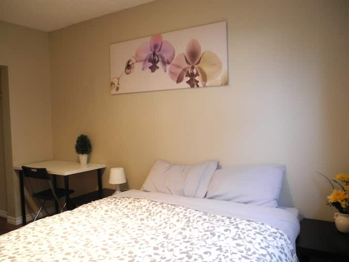 Inner city room w/ queen bed, kitchen, wash, wifi