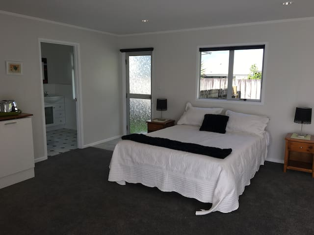 Lovely self contained room with bathroom - Red Beach