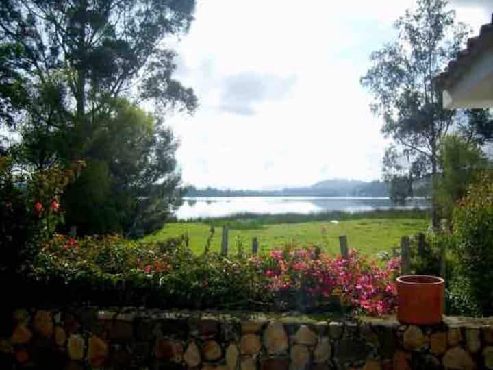 Beatiful lakeside cottage: La Playa