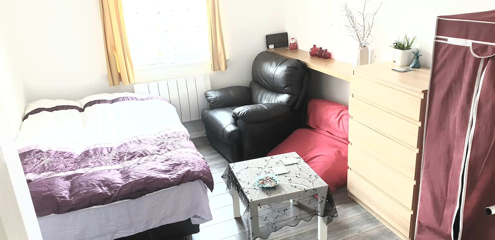 Bright, clean, peaceful double room Edmonton green