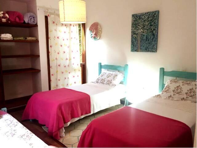 Chalé suíte 1 (3 camas de solteiro) e banheiro