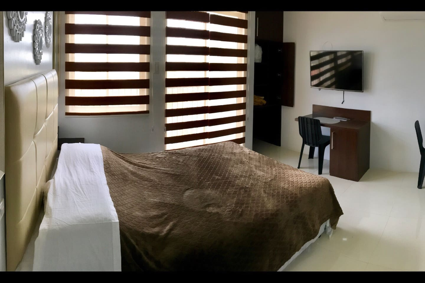 Room comes with a Queen sized Bed and a Pullout Bed that can accommodate 3 Adults or 2 Adults & 2 Kids. Smart TV/Cable TV, 2 Seater Pullout Dinner and Kitchenette