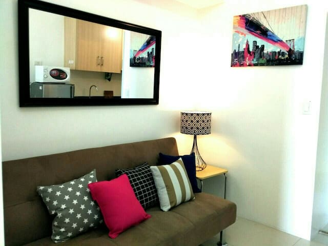 Train-accessible, Chic Flat w/ Great Views! 5mbps