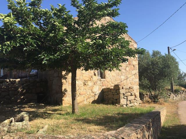 Charmante maisonnette en pierre à la campagne - Sotta