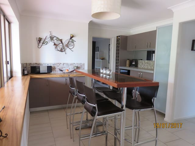 Home away from home - walking distance to beach. - Caloundra - Huis