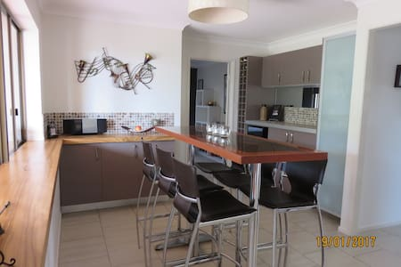 Home away from home - walking distance to beach. - Caloundra - House