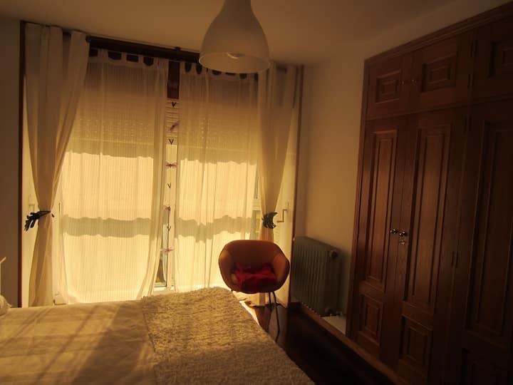 Habitación  con baño, cama grande  piso compartido