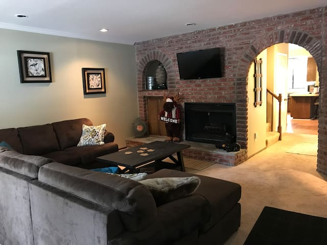 WALK to Summit / WIFI / FP / 3 TV's + ALL NEW BEDS
