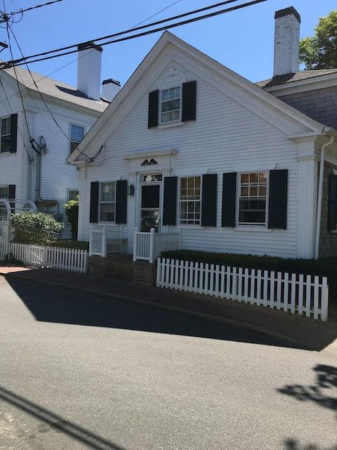 Historic Edgartown District Cert No: C0034760890