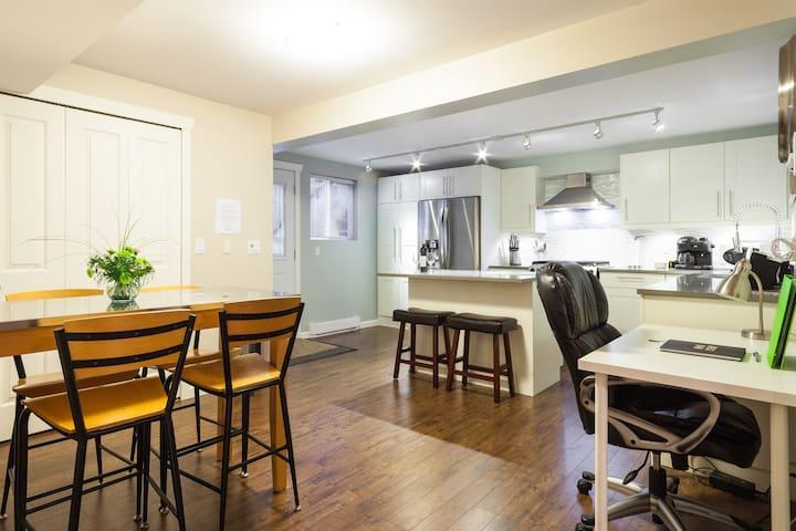 Large Modern King suite+free parkin - Langley - Apartment